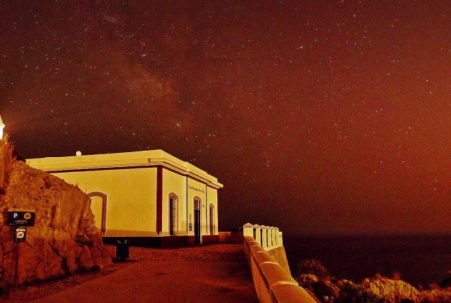 Faro del Albir bajo la luz de la estrellas